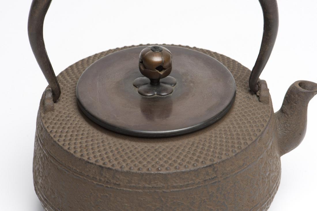 A JAPANESE TETSUBIN CAST IRON TEAPOT - 3