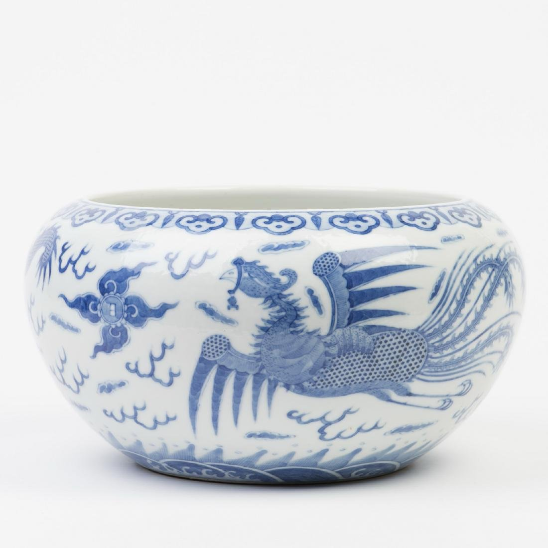 A BLUE AND WHITE PORCELAIN POT