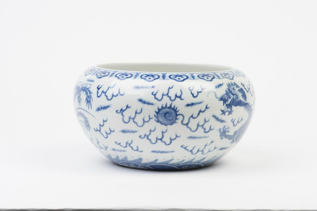 A BLUE AND WHITE PORCELAIN POT - 2