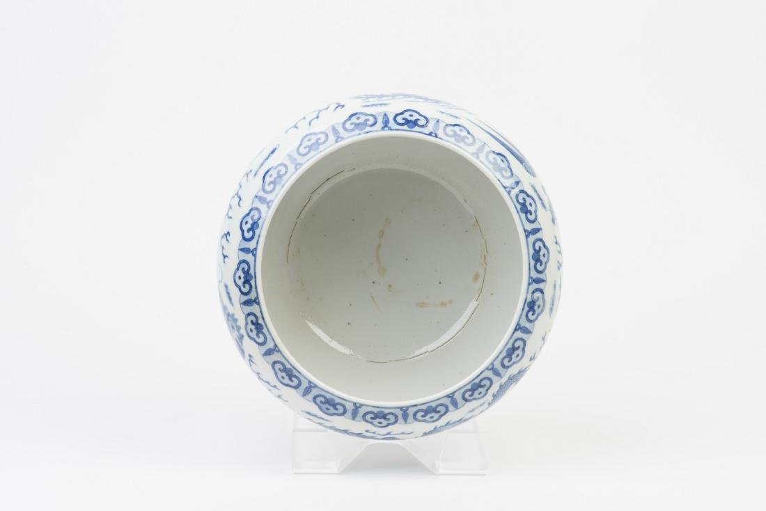 A BLUE AND WHITE PORCELAIN POT - 4