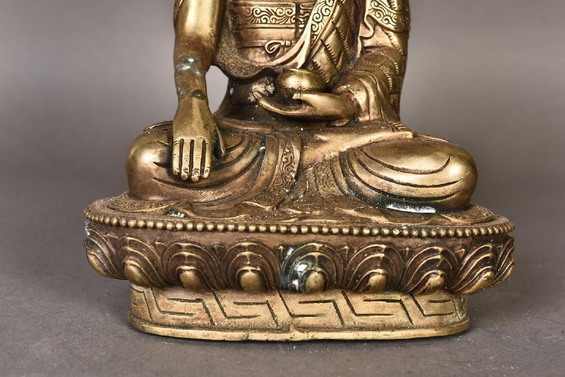 A GILT BRONZE SCULPTURE OF BUDDHA - 4