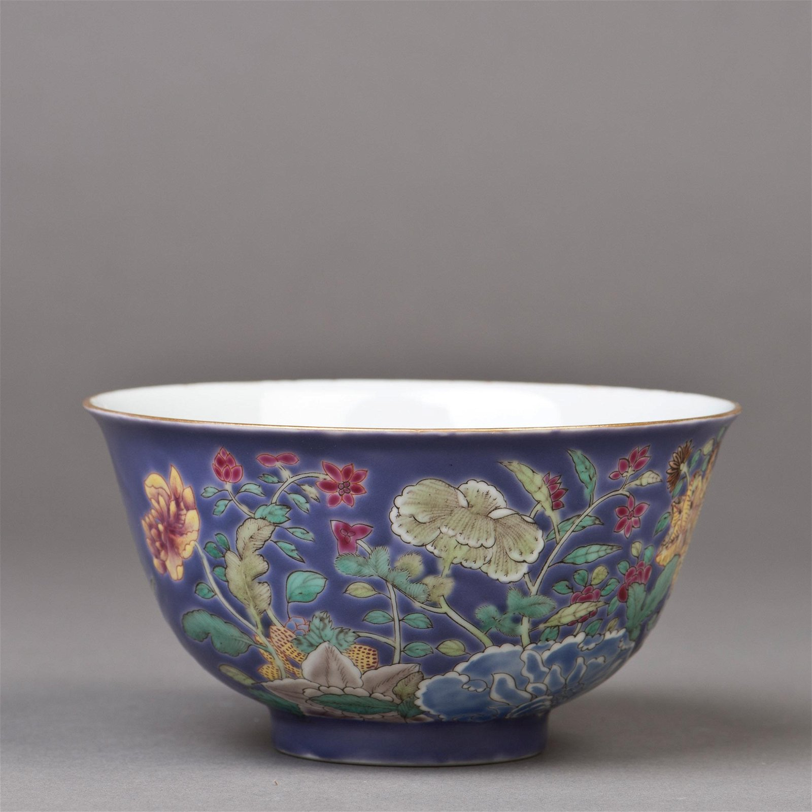 A PURPLE-GLAZED FAMILLE ROSE PORCELAIN BOWL