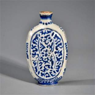 A CHINESE BLUE OVERLAY GLASS SNUFF BOTTLE