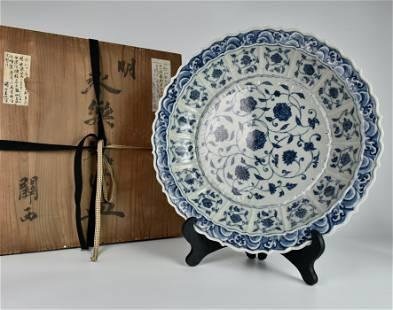 A CHINESE BLUE AND WHITE INTERLOCKING LOTUS LOBED DISH
