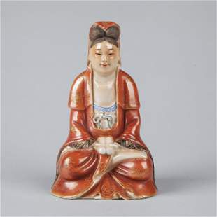 A CHINESE FAMILLE-ROSE PORCELAIN FIGURE OF SEATED