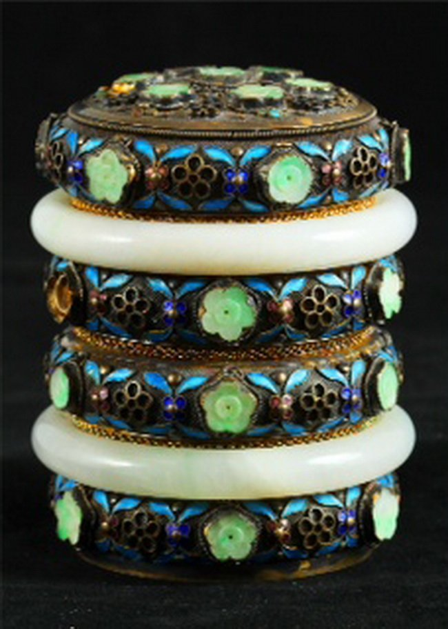 351: A Jadeite mounted cylindrical box, Late Qing perio