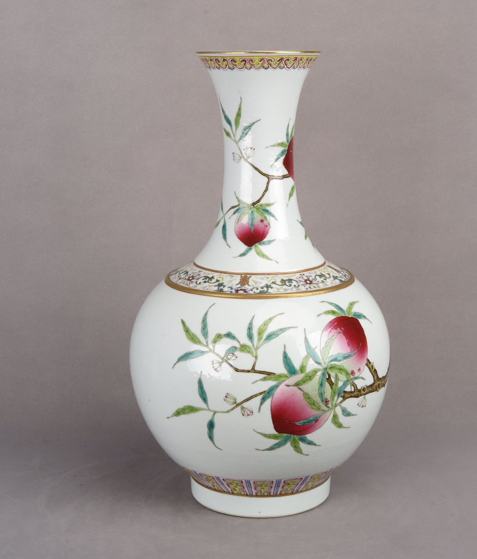 A CHINESE FAMILLE ROSE PORCELAIN VASE OF NINE-PEACHES