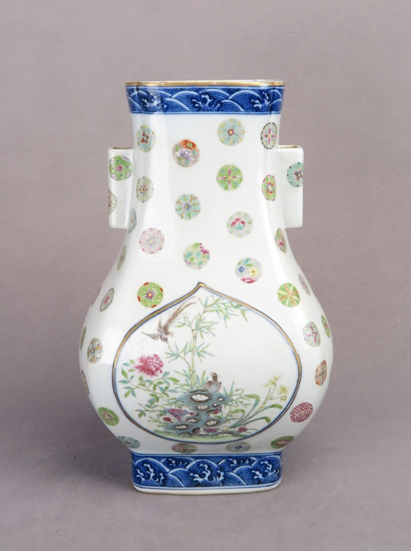 A CHINESE PORCELAIN VASE WITH PIERCED HANDLES
