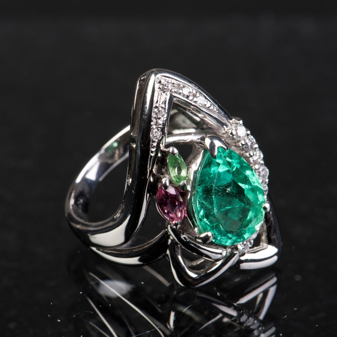 A LOZENGE-CUT EMERALD AND DIAMOND RING, WITH