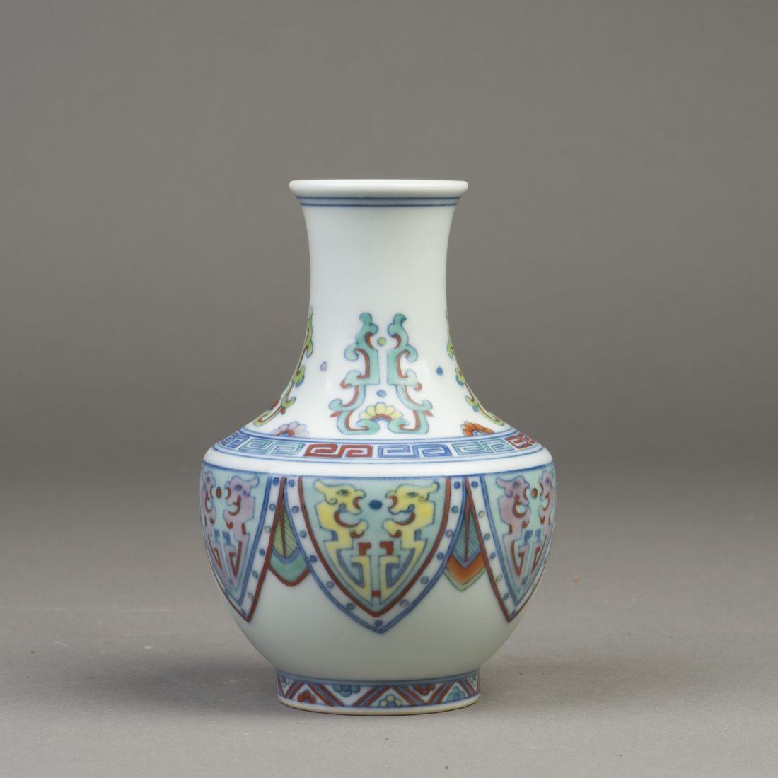 A CHINESE ARCHIASTIC PORCELAIN VASE