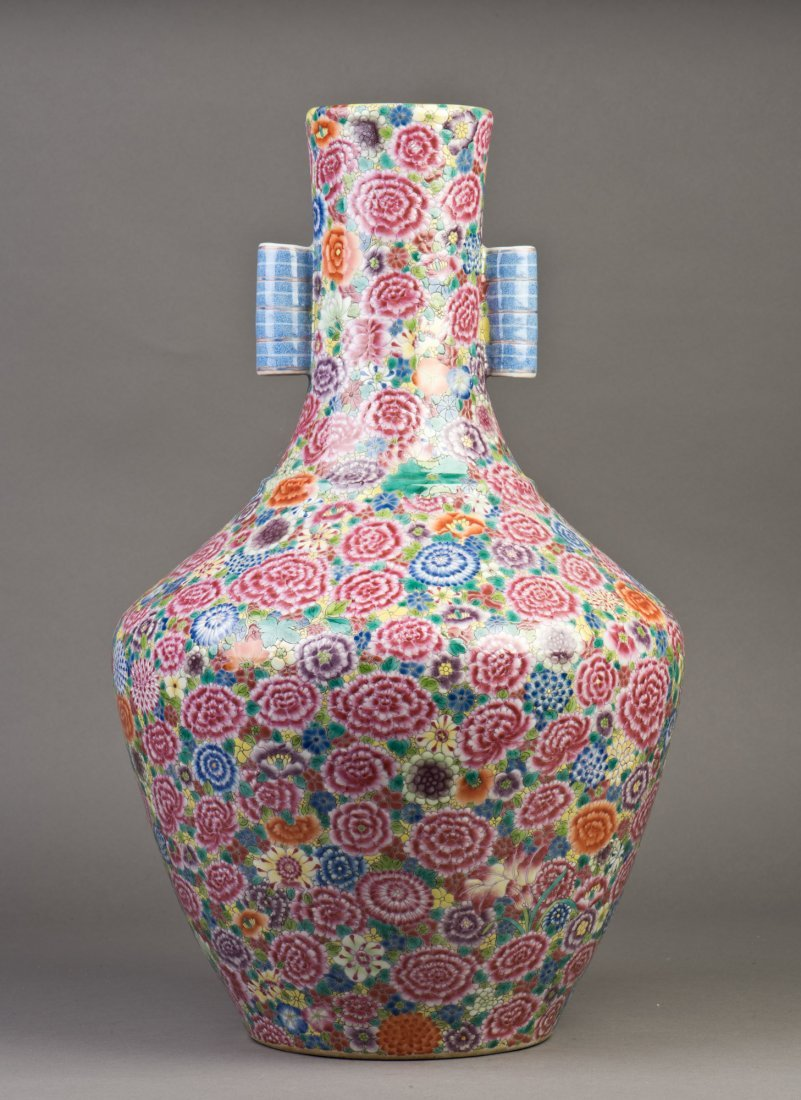A LARGE FAMILLE ROSE PORCELAIN VASE WITH TWO LOOP