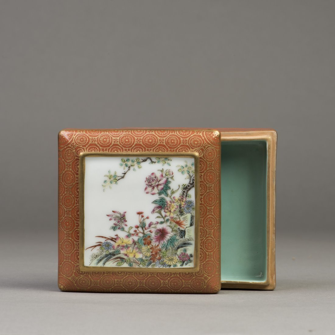 A SQUARE FAMILLE ROSE PORCELAIN CONTAINER