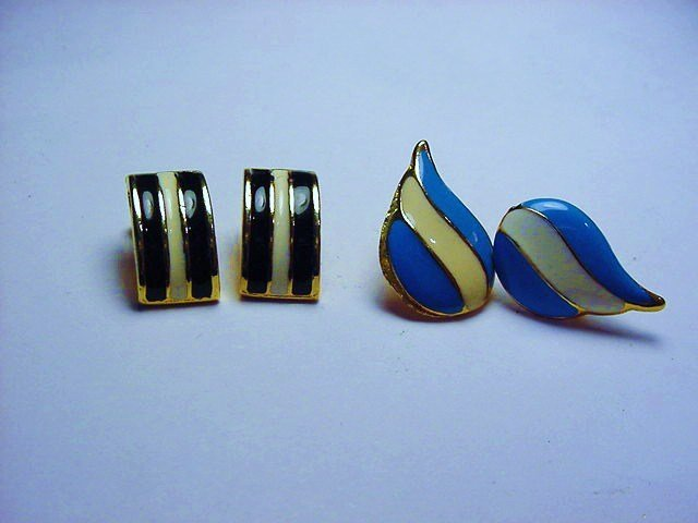 [2] PAIRS ENAMEL EARRINGS