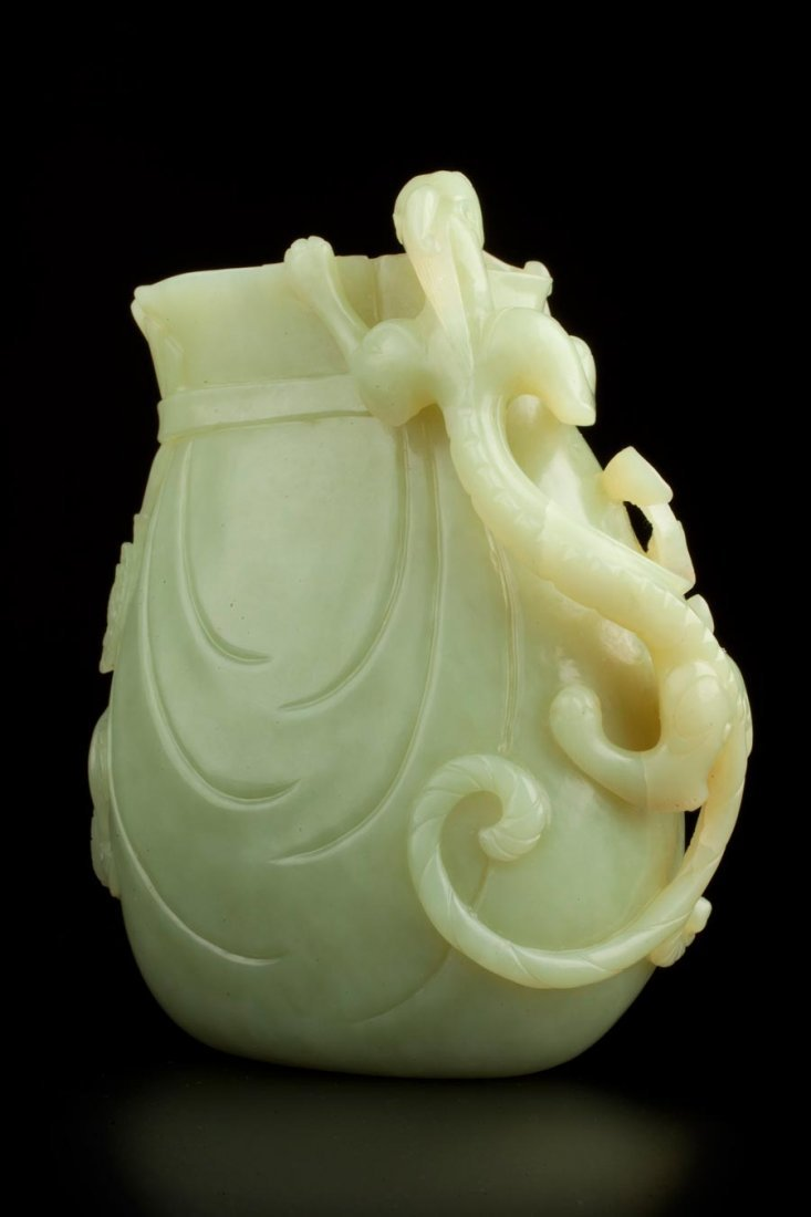 ANTIQUE YELLOW-GREEN JADE POUCH-SHAPED BOTTLE