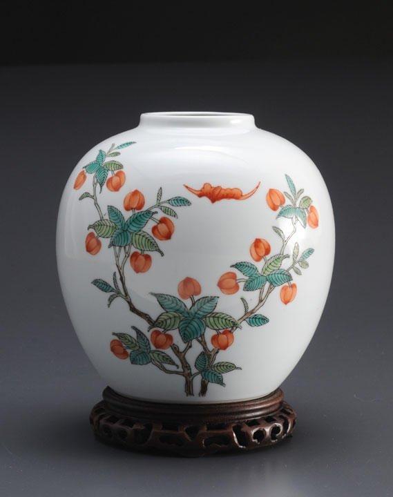 10: AN ANTIQUE « FAMILLE ROSE » PORCELAIN JAR, GUAN CHI
