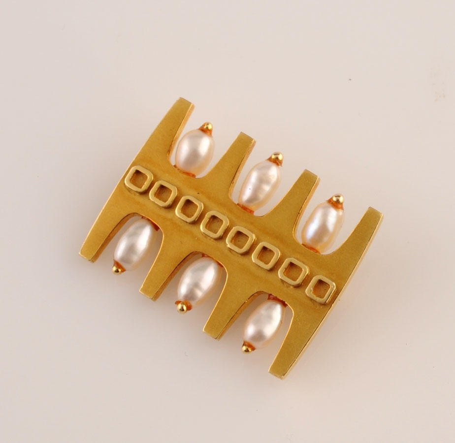 2010: 18K yellow gold brooch (stamped), set with six fr