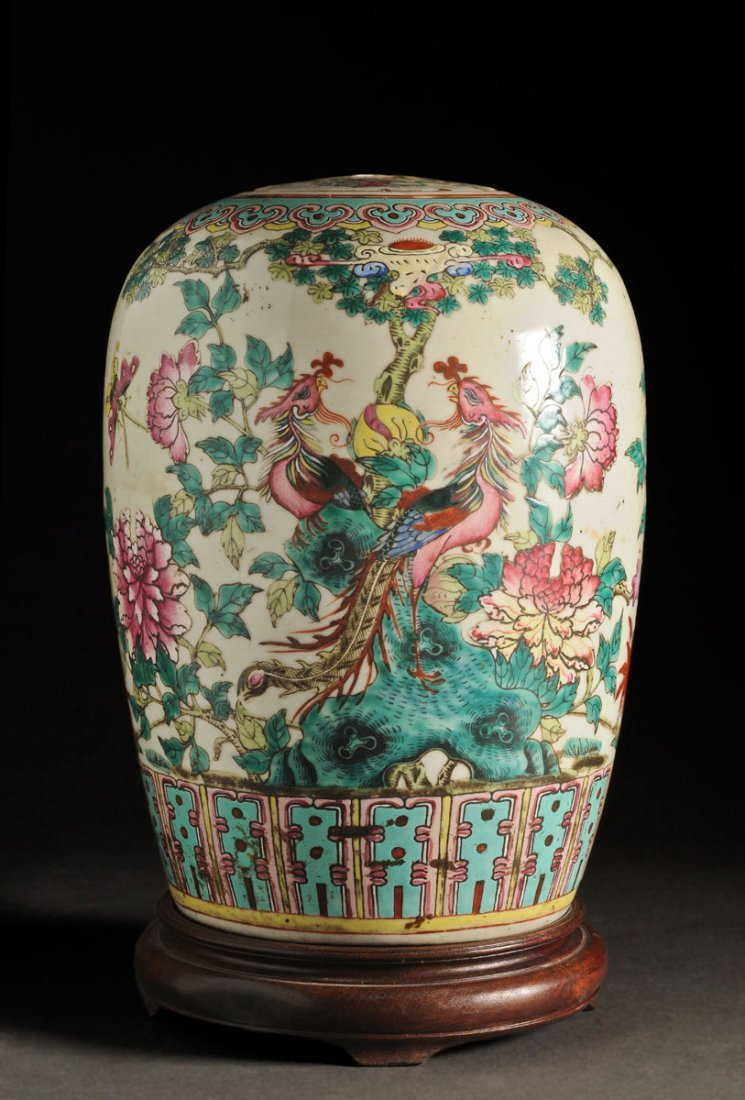 FAMILLE ROSE BULB VASE AND LID CHINA, QING DYNASTY Ador
