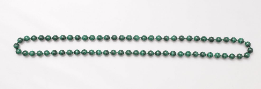 Necklace composed of 66 malachite beads measuring 12mm.