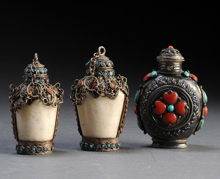 SET OF THREE HARDSTONE SNUFF BOTTLES WITH SILVERED MOUN