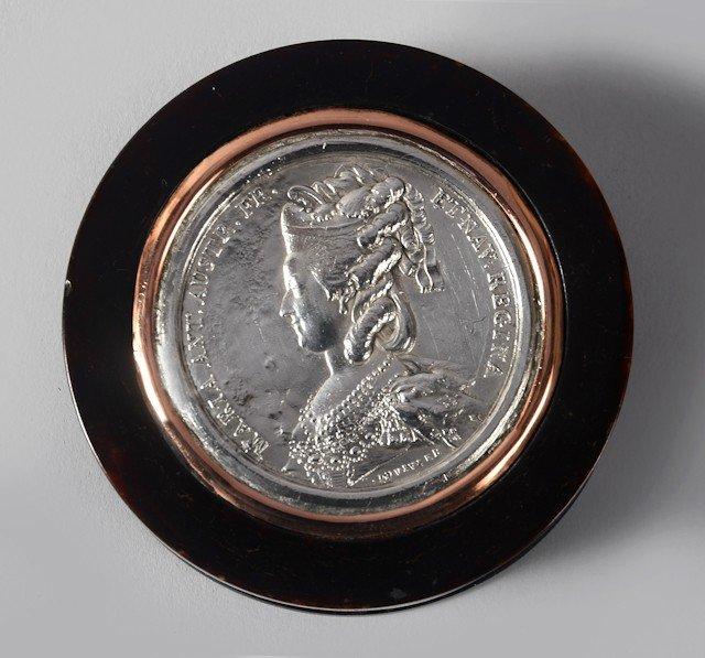 11: Marie-Antoinette, reine de France. Boîte ronde en é