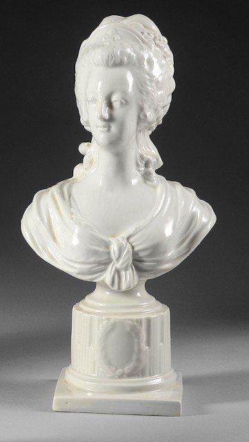 12: Marie-Antoinette, reine de France. Buste en porcela