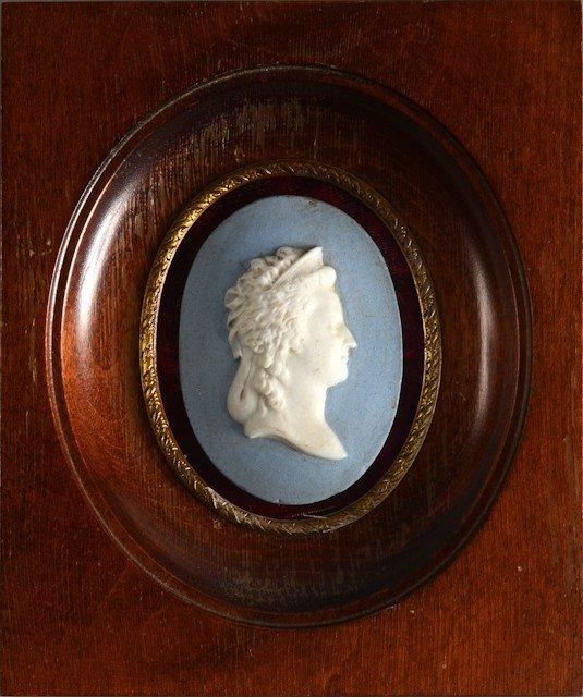 13: Marie-Antoinette, reine de France. Médaillon ovale