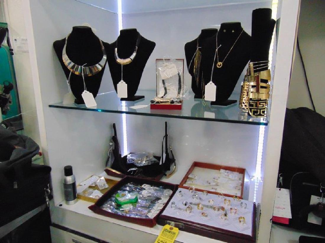 72 ASSORTED COSTUME JEWELRY - RINGS / NECKLACES /