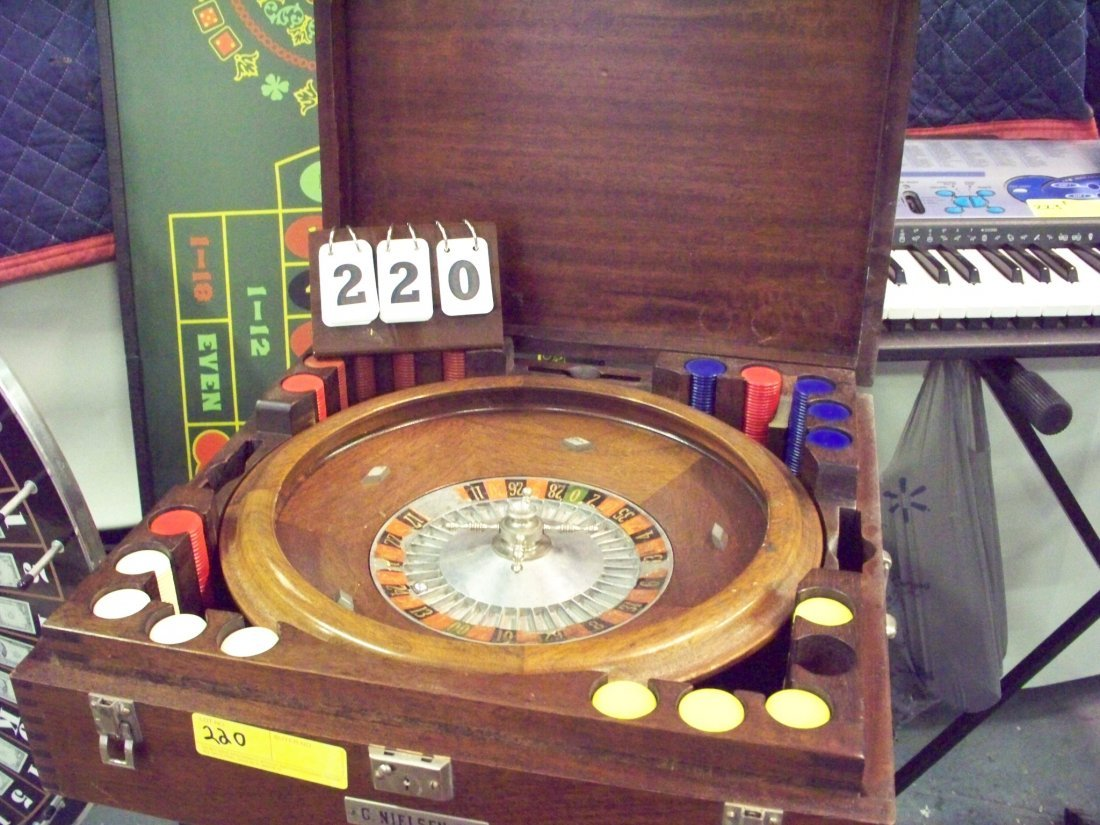 ROULETTE WHEEL WITH CHIPS IN CASE