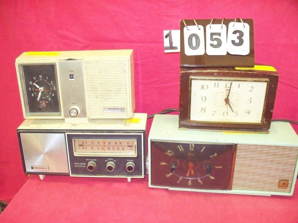LOT OF 4 - ASSORTED ANTIQUE RADIOS - 1 PANASONIC RE6137