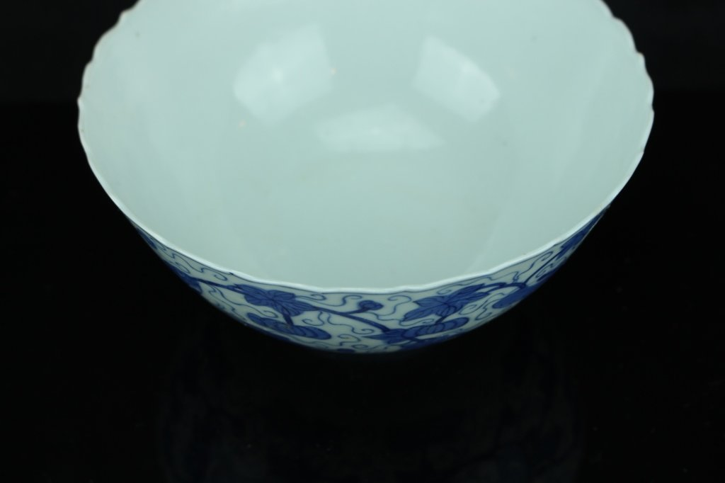 Chinese blue and white bowl ; marked ; H: 7 cm , D: 14 - 2