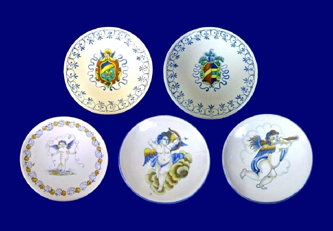 5 PC MAJOLICA FAIENCE POTTERY PLATES, 2 WITH HERALDIC /
