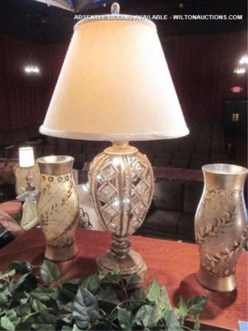 40: ORNATE ANTIQUE GOLD FINISH TABLE LAMP WITH CRYSTAL