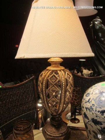15: ORNATE ANTIQUE GOLD FINISH TABLE LAMP WITH CRYSTAL