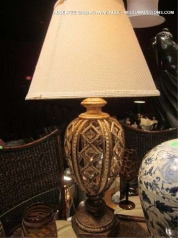 42: ORNATE ANTIQUE GOLD FINISH TABLE LAMP WITH CRYSTAL