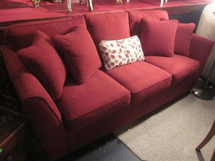 9: IMMACULATE LA-Z-BOY UPHOLSTERED SOFA IN RED FABRIC