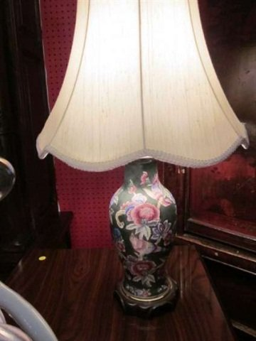 16: CHINESE URN STYLE GREEN PORCELAIN TABLE LAMP, FLORA