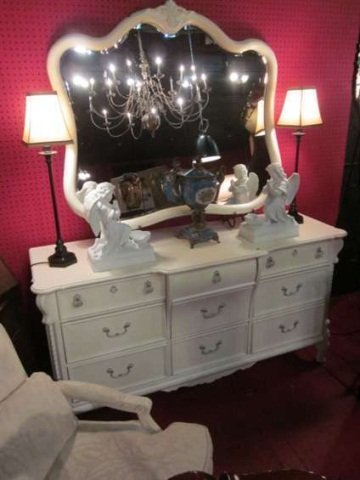 9: LEXINGTON FURNITURE WHITE FRENCH PROVINCIAL DRESSER