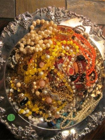 2A: GROUP 1 OF 2 - TRAY FULL OF COSTUME JEWELRY (TRAY N