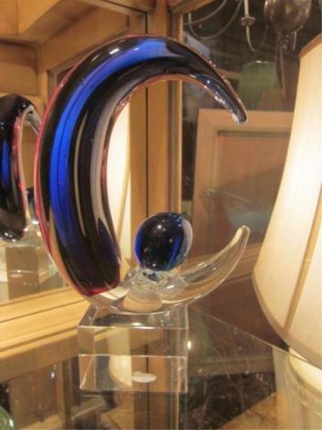 9A: MURANO STYLE ART GLASS CRESCENT SCULPTURE, APPROX 1