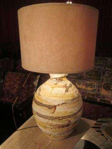 7: CONTEMPORARY CERAMIC TABLE LAMP WITH HORIZONTAL SWIR