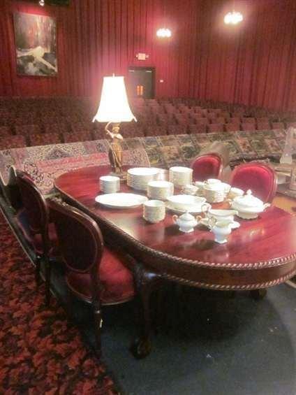 20: OVAL MAHOGANY FINISH DINING TABLE WITH BALL AND CLA