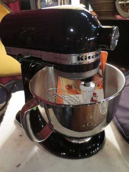 17: LIKE NEW KITCHENAID MIXER WITH STAINLESS STEEL BOWL