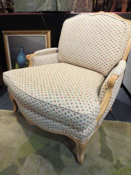 24: FRENCH LOUIS XV STYLE ARMCHAIR, LIGHT FINISH, OFF-W