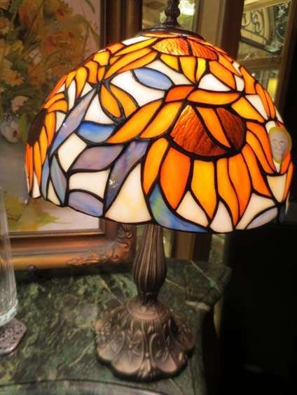 18: SMALL STAINED GLASS STYLE TABLE LAMP, SUNFLOWER DES