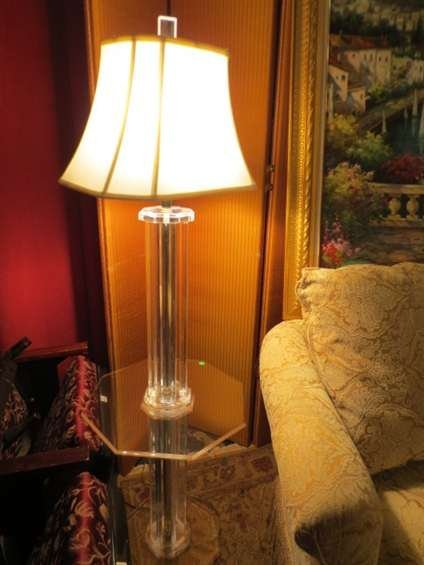 22: VINTAGE LUCITE TABLE LAMP, LUCITE COLUMNS AND OCTAG