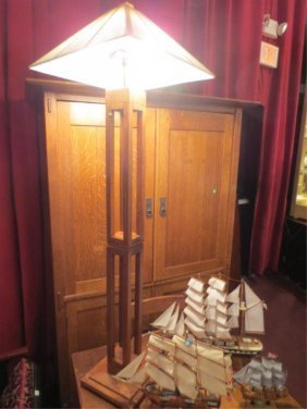 23: ARTS AND CRAFTS STYLE OAK TABLE LAMP, APPROX 5' H