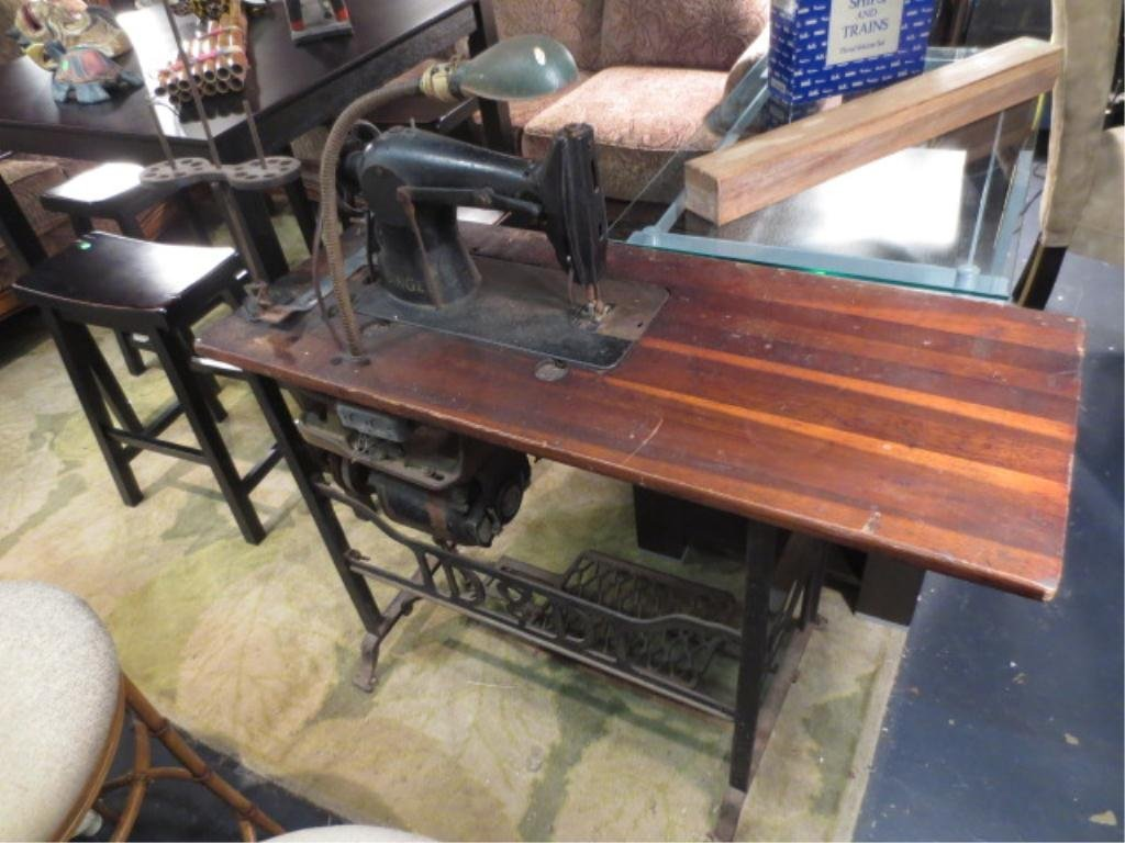 ANTIQUE SINGER SEWING MACHINE WITH BUILT IN ADJUSTABLE