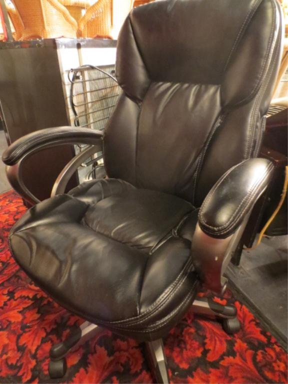 CONTEMPORARY BLACK LEATHER DESK CHAIR, ON CASTERS, EXCE