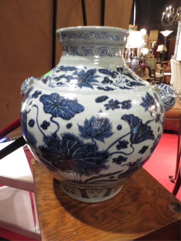 ANTIQUE CHINESE 18TH CENTURY BLUE & WHITE JAR WITH ANIM