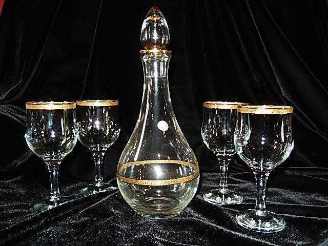 VINTAGE CRYSTAL DECANTER AND 4 GLASSES WITH GOLD RIMS,